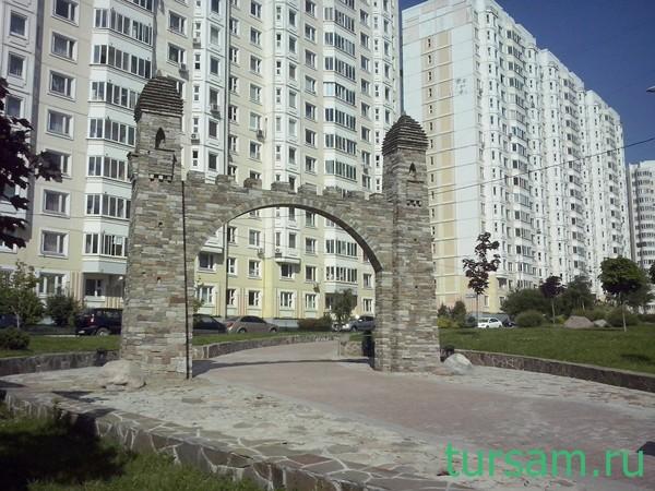 Арка из камня на улице А. Кадырова. Метро Бунинская аллея
