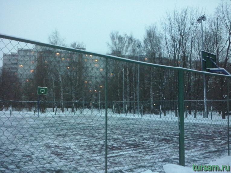 Баскетбольное поле в парке Ангарские пруды