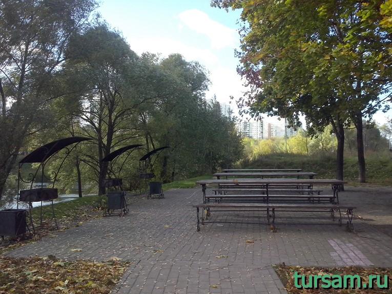 Большая пикниковая зона в парке рядом с метро Борисово