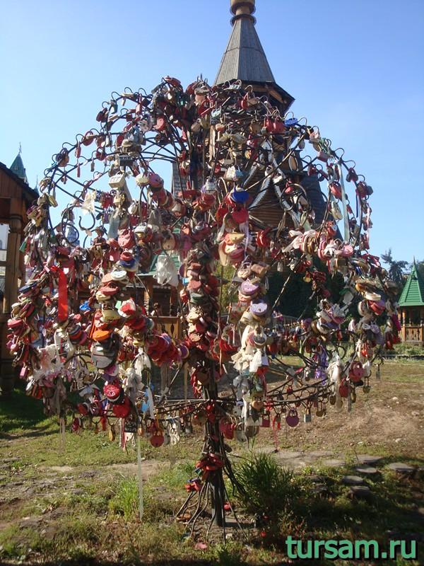 Дерево с замочками на территории кремля в Измайлово