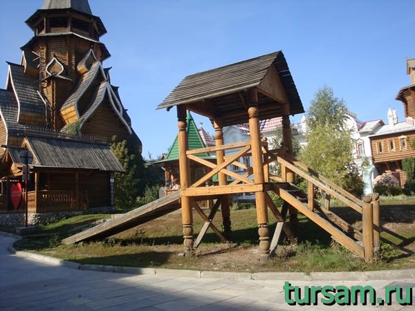 Деревянная горка на территории кремля в Измайлово