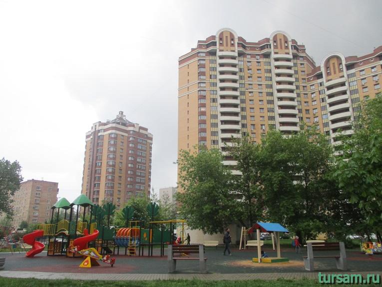 Детская площадка на территории парка культуры и отдыха в Мытищах