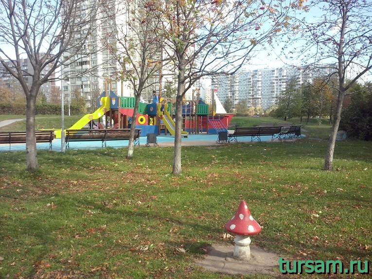 Детская площадка в парке рядом с метро Борисово