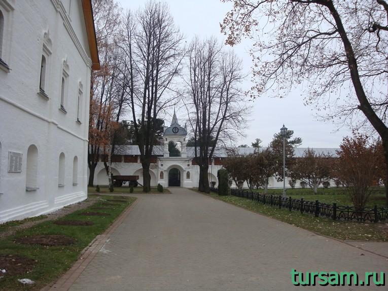 Дорога к входу в кедровник на территории Свято-Введенского Толгского женского монастыря