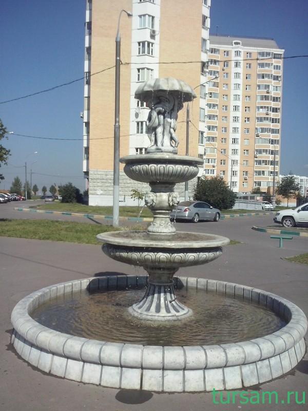 """Фонтан """"два человечка под зонтом"""" рядом с метро Бунинская аллея"""