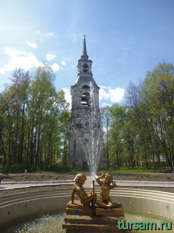 Фонтан на фоне колокольни Преображенской церкви в Осташкове