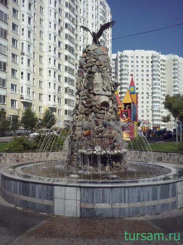 Фонтан с орлом рядом с метро Бунинская аллея