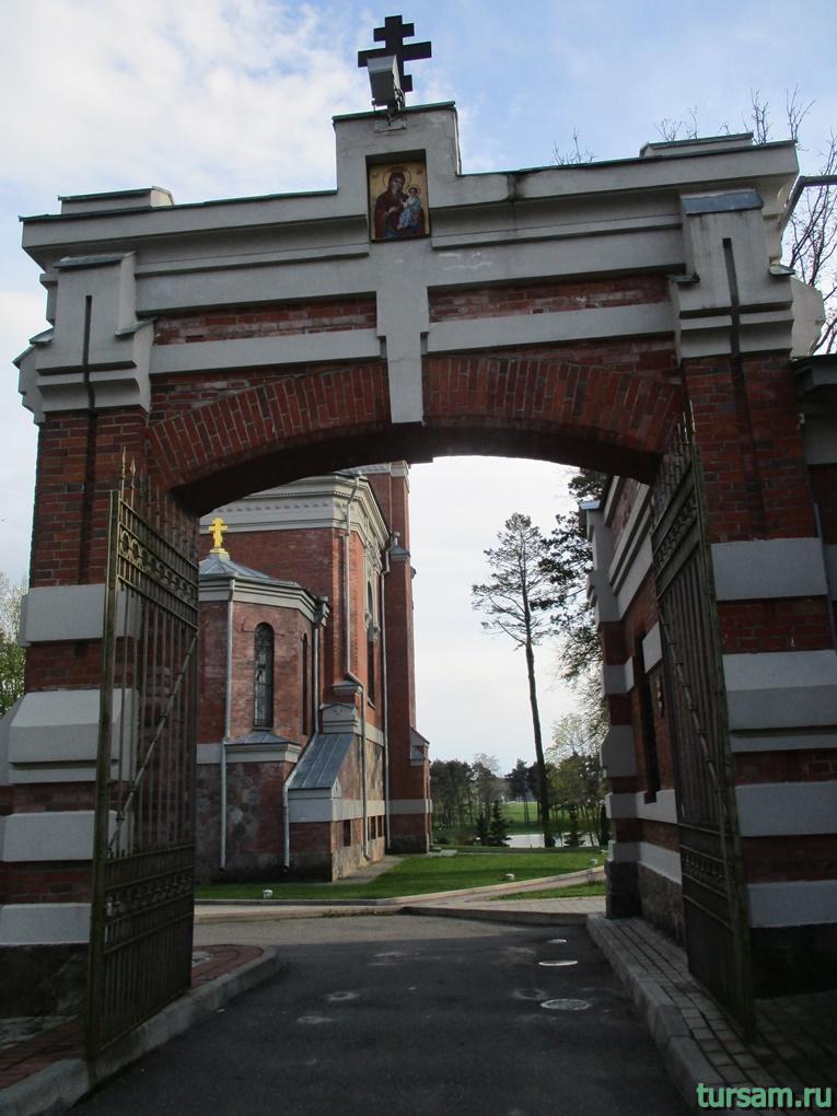 Фото арки около церкви-усыпальницы кн. Святополк-Мирских