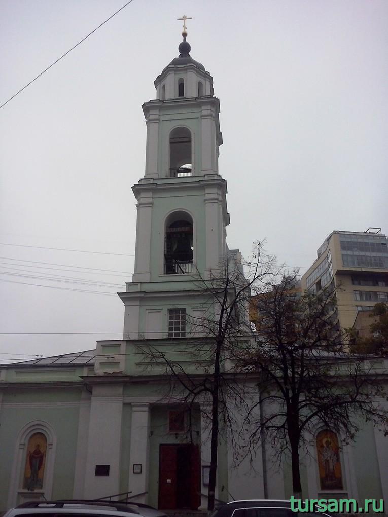 Фото храма Троицы Живоначальной на Шаболовке со стороны входа в храм