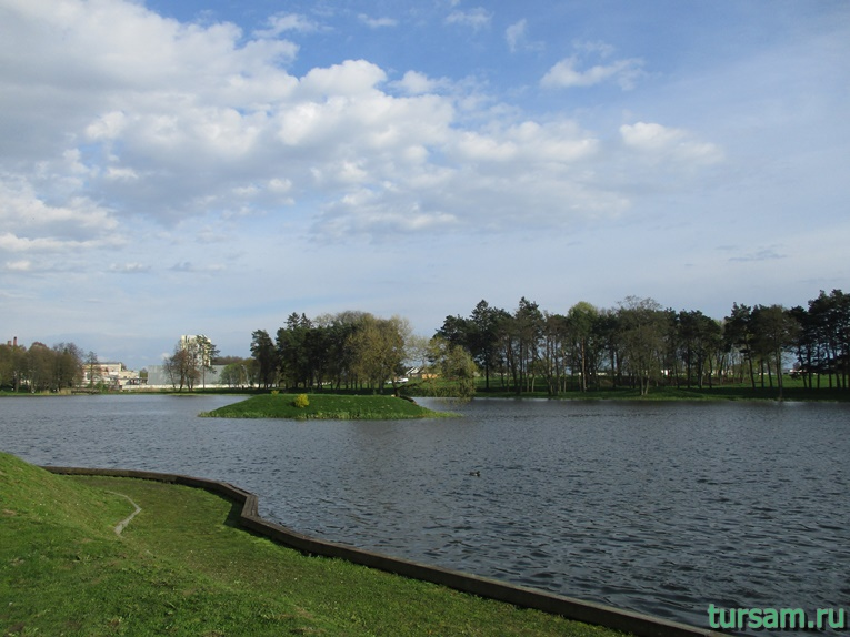 Фото пруда рядом с Мирским замком
