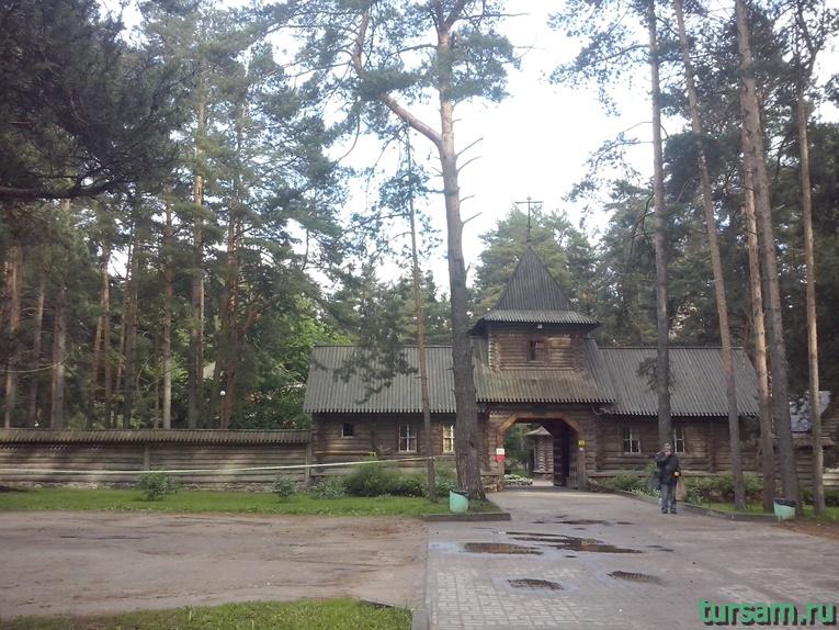 Фото входа на территорию Смоленского храма и храма Ксении Петербургской в Дубне