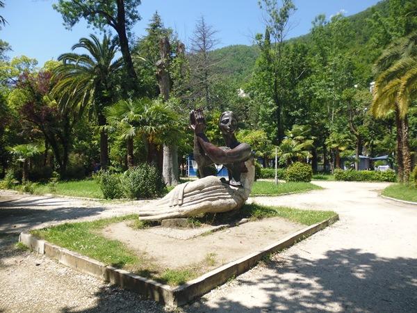 Гагры, скульптура в старом парке 2