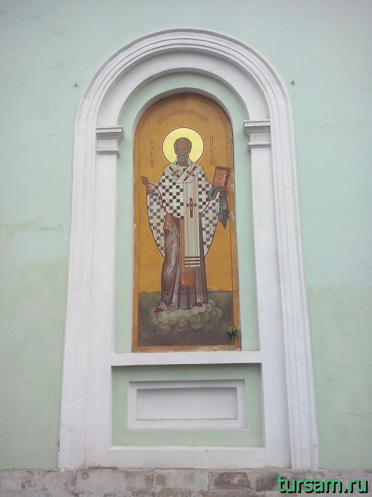 Икона слева от входа в храм Троицы Живоначальной на Шаболовке