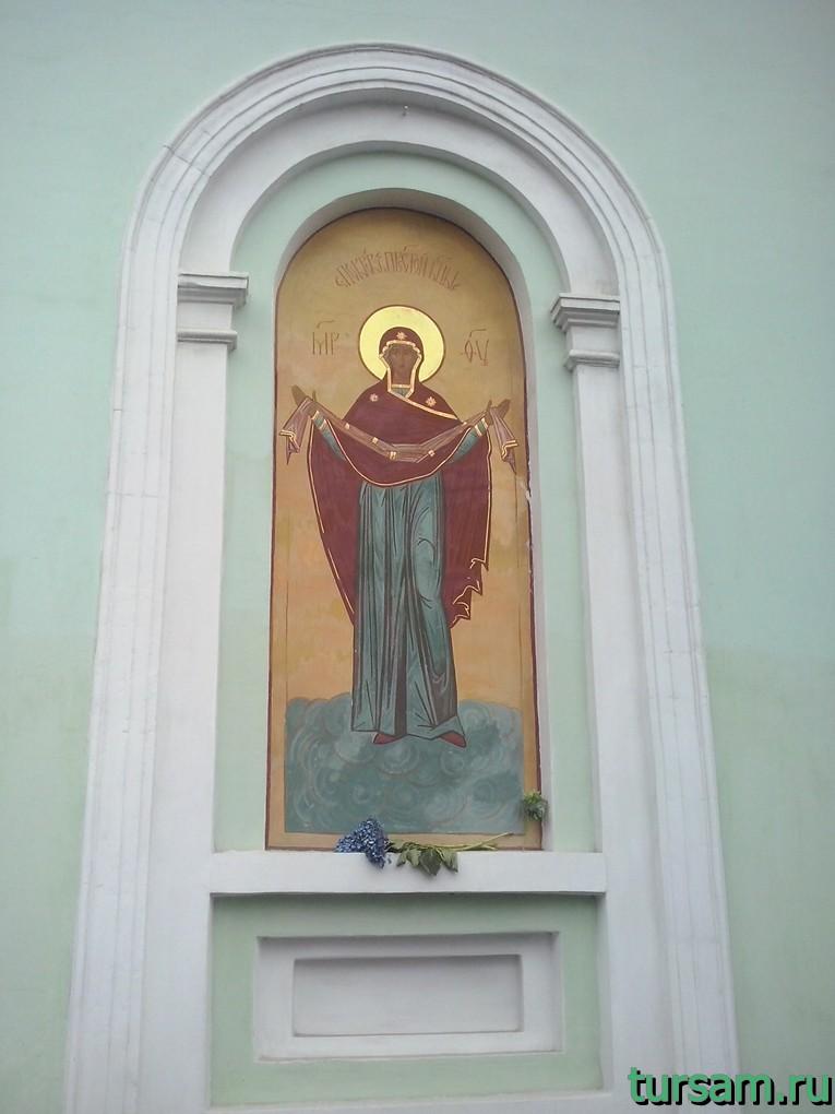 Икона справа от входа в храм Троицы Живоначальной на Шаболовке
