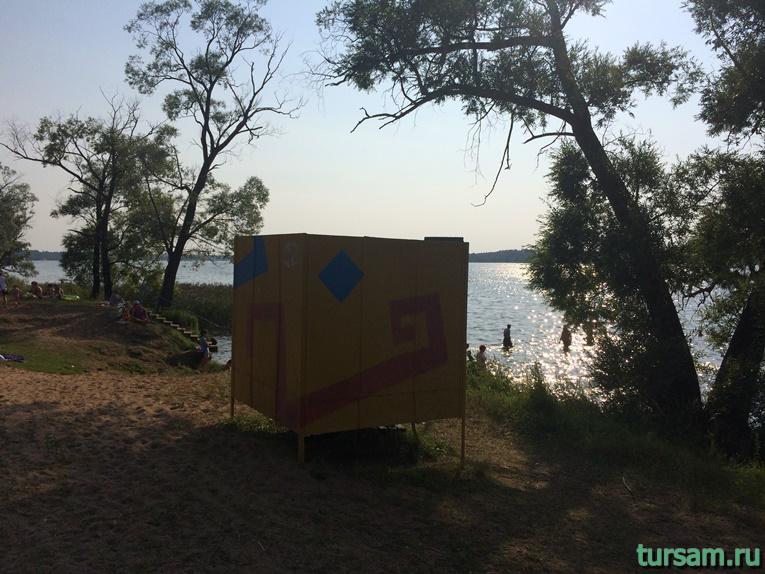 Кабинка для переодевания на территории пляжа