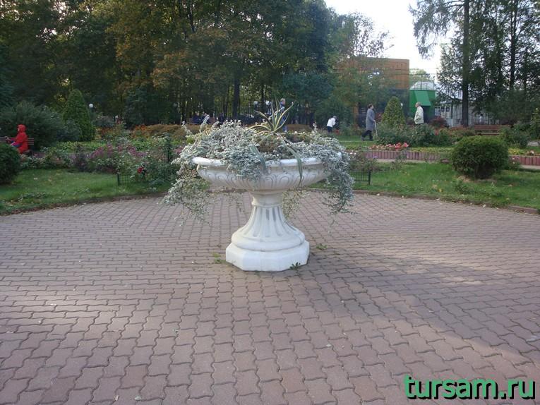 """Клумба в центре малого розария в парке """"Сокольники"""""""