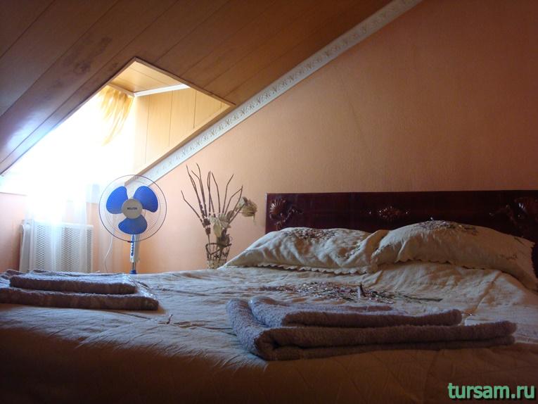 Кровать в одном из номеров гостиницы Ашхен в Осташкове