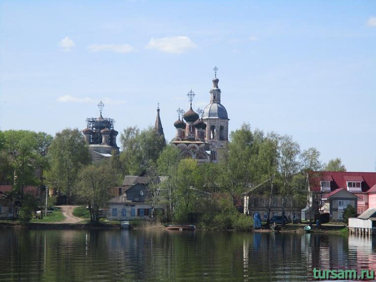 Купола Троицкого и Воскресенского соборов и колоколен