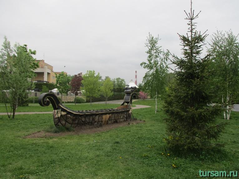 Ладья на территории парка культуры и отдыха в Мытищах