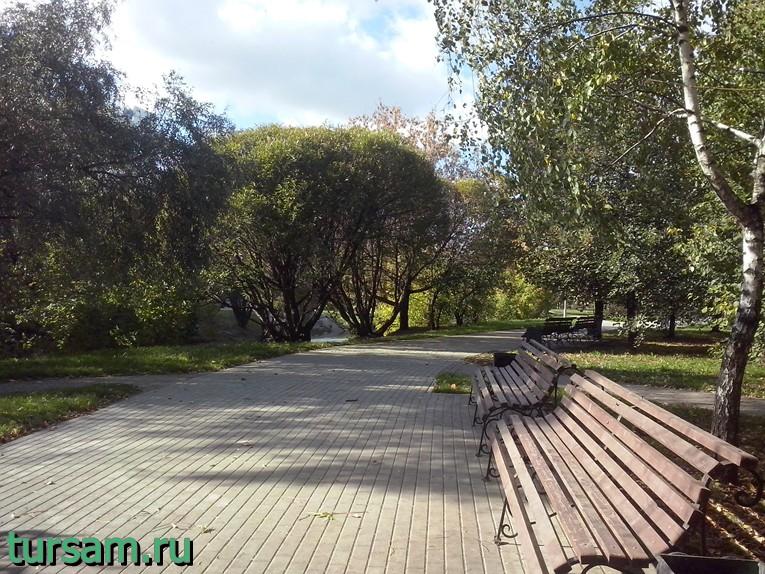 Лавочки в парке рядом с метро Борисово