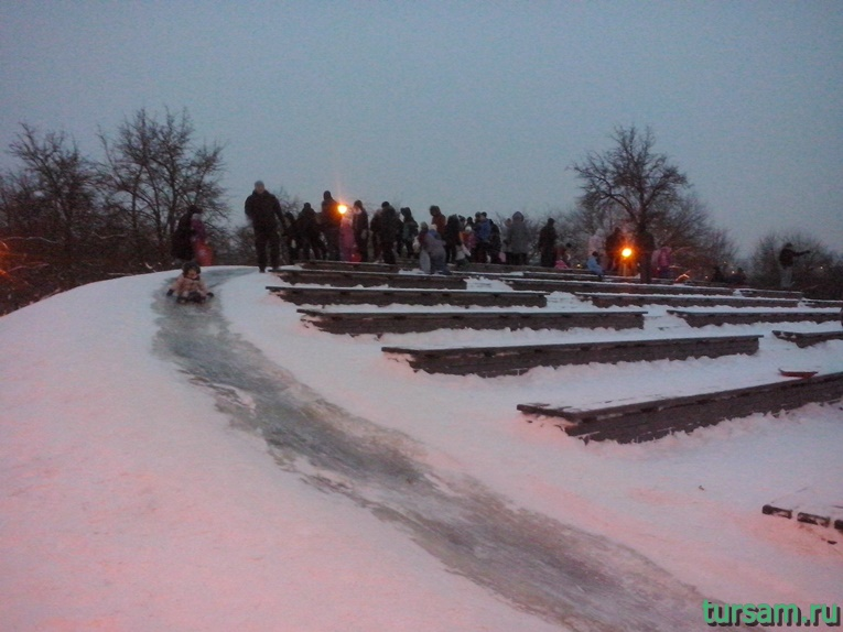 Ледяная горка в парке Ангарские пруды
