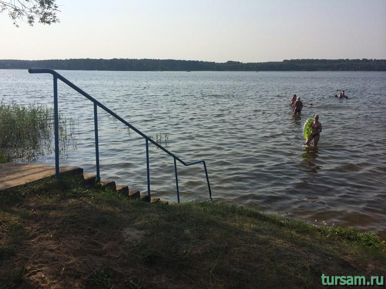 Лестница для входа в воду на основной части пляжа
