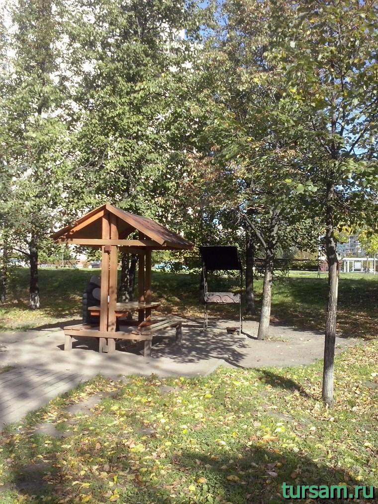 Маленькая пикниковая зона в парке рядом с метро Борисово