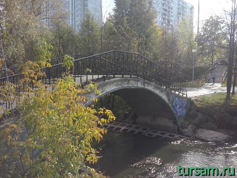 Мост над рекой Городня в парке рядом с метро Борисово