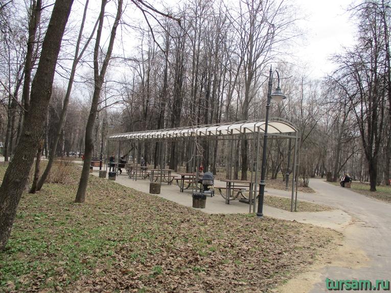 Навес со столами и лавочками в парке имени Воровского
