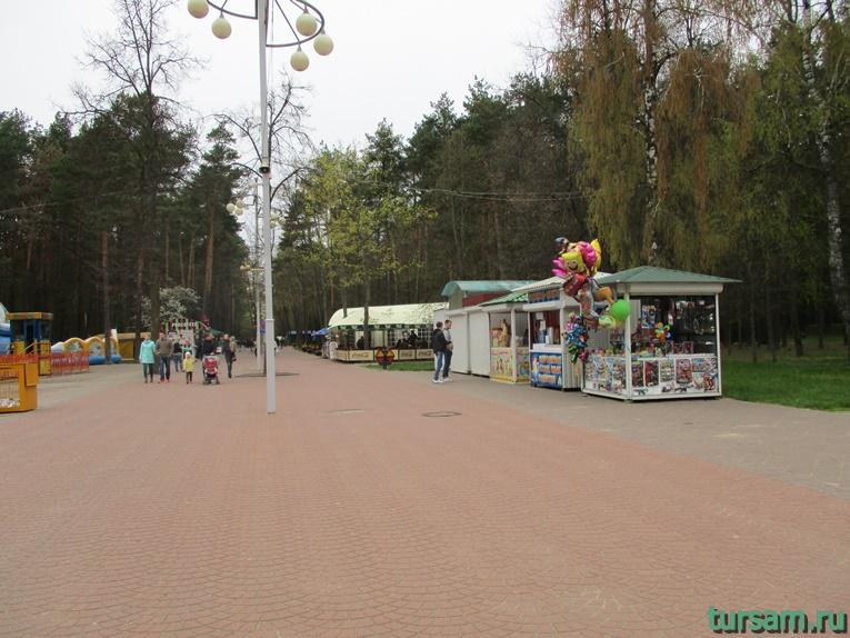Палатки и кафе в парке имени Челюскинцев