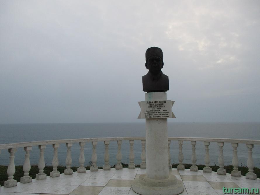 Памятник Аванесову в Анапе-1