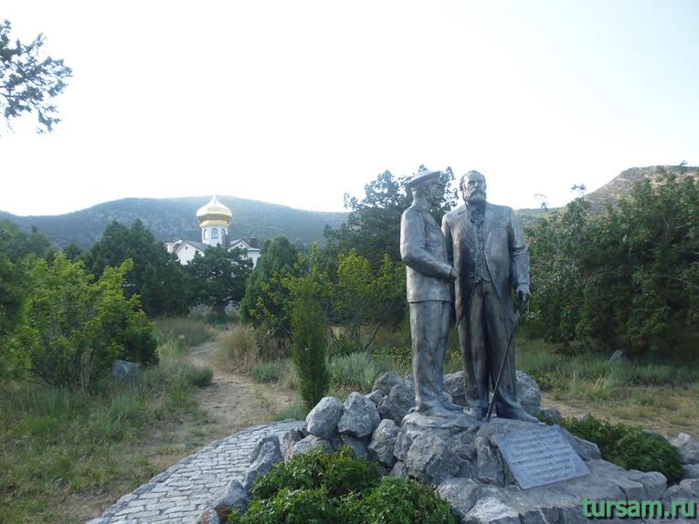 Памятник Государю императору Николаю II и князю Голицыну на фоне храма