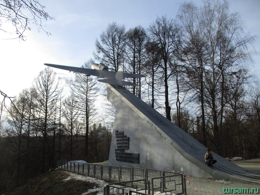 Памятник Ил-2 в Истре-2