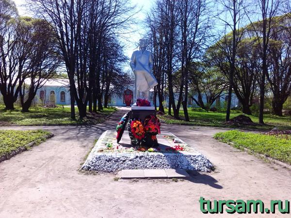 Памятник Константину Заслонову на привокзальной площади в Осташкове