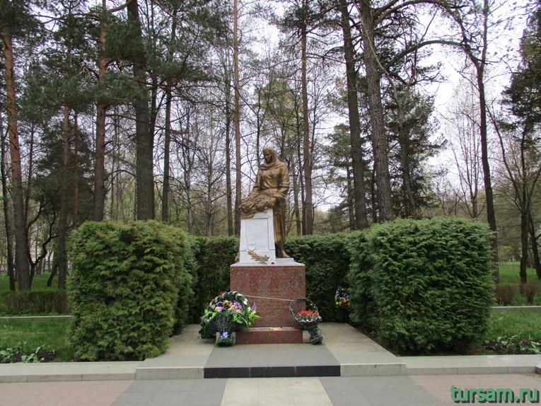 Памятник на братской могиле в парке Челюскинцев