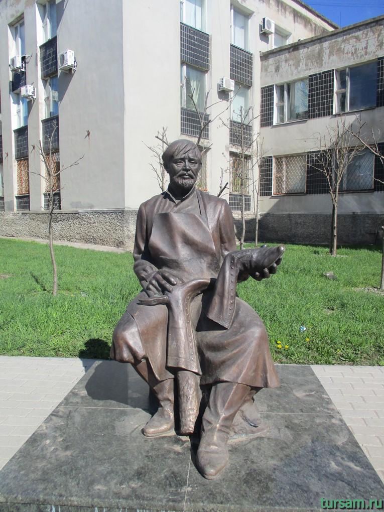 Памятник Сапожнику в городе Кимры