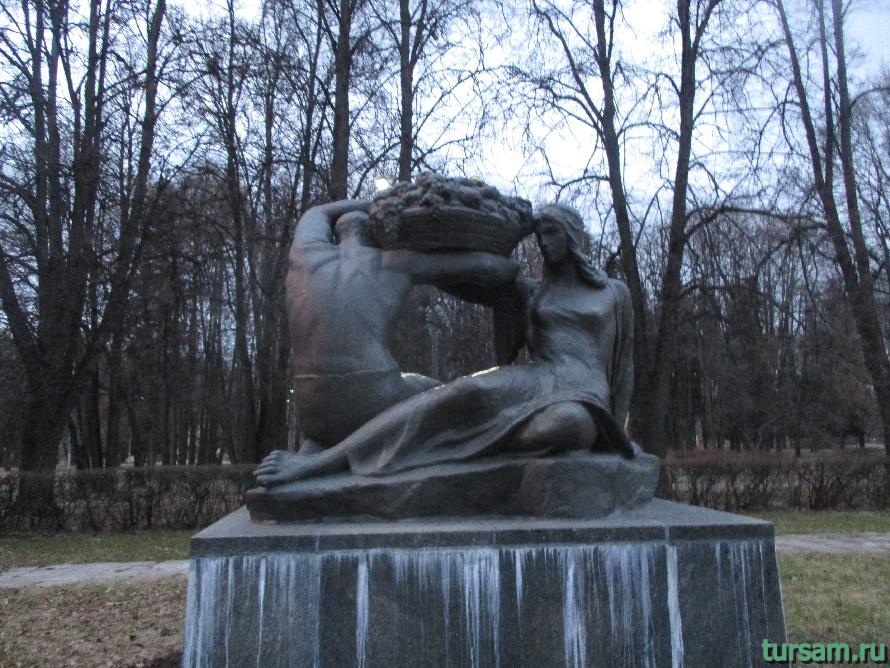 Памятник в парке Дружбы-3