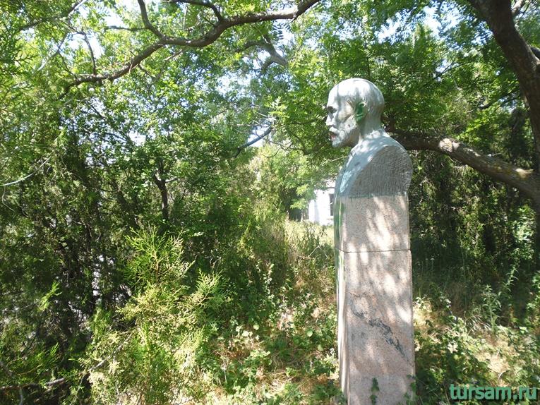 Памятник в заброшенном парке в Солнечной долине