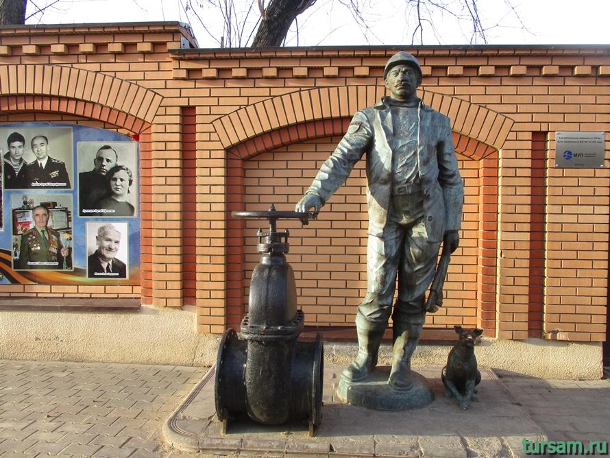 Памятник водопроводчику в Истре-2