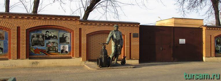 Памятник водопроводчику в Истре