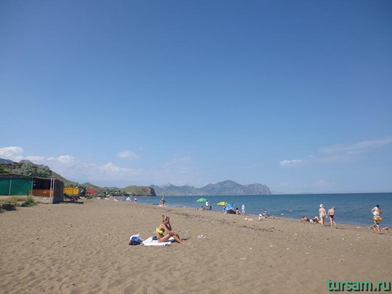 Песчаный пляж с чистейшей водой