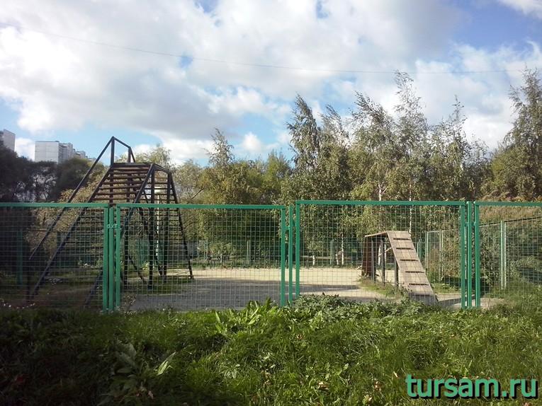 Площадка для выгула и дрессировки собак в парке рядом с метро Борисово