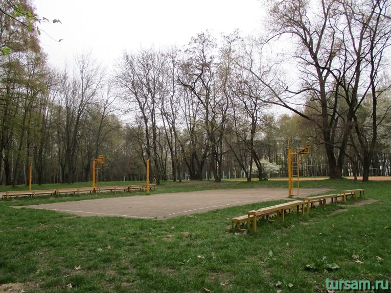 Поле для игры в волейбол в парке имени Челюскинцев