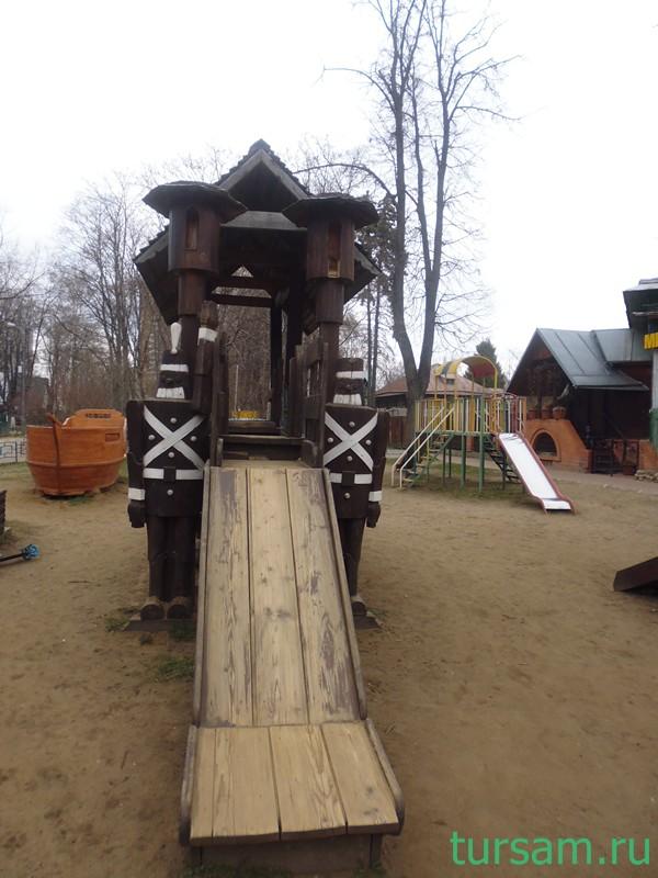 Поселок Сокол. Детская площадка. Деревянные солдатики около горки