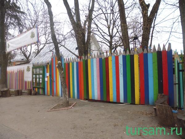 Забор в виде карандашей в поселке Сокол