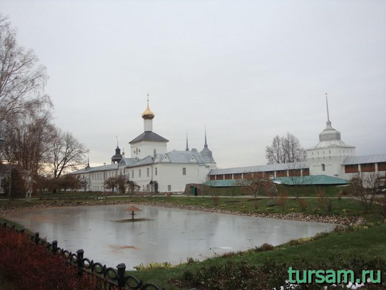 Пруд на территории Свято-Введенского Толгского женского монастыря