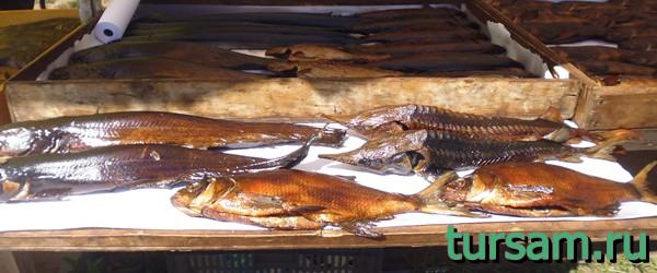 Рыба на прилавке по дороге в монастырь Нилова Пустынь