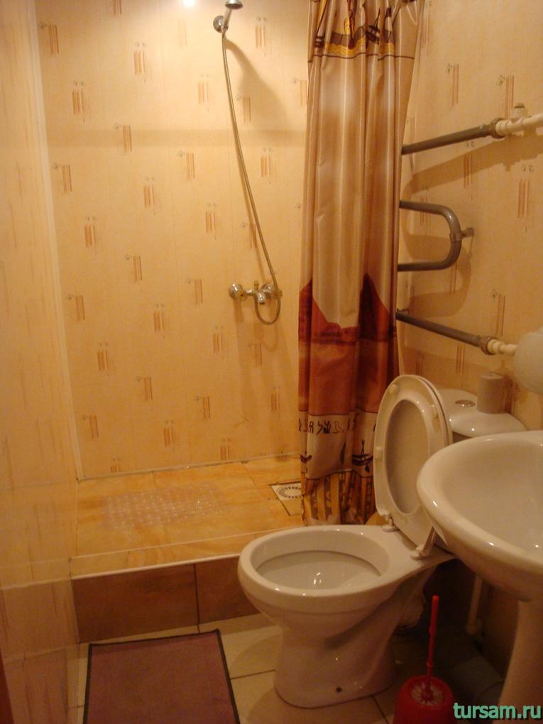 Санузел в одном из номеров гостиницы Ашхен в Осташкове