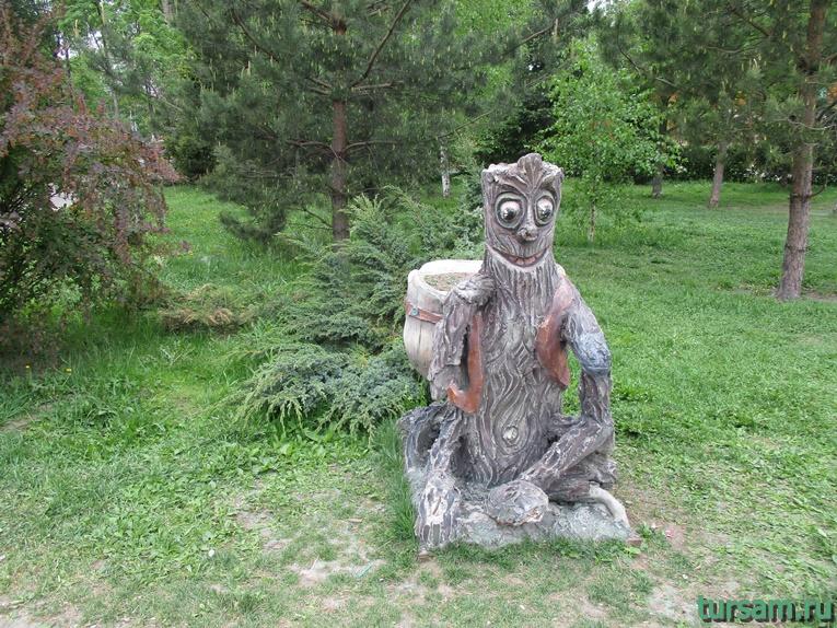 Скульптура на территории парка культуры и отдыха в Мытищах-3
