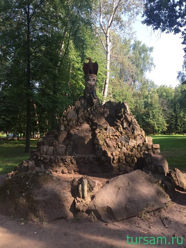 Скульптура Орел на горе в санатории Карачарово